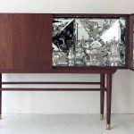 À l'intérieur de ce cabinet classique en apparence, se cachent des miroirs, façon caléidoscope.