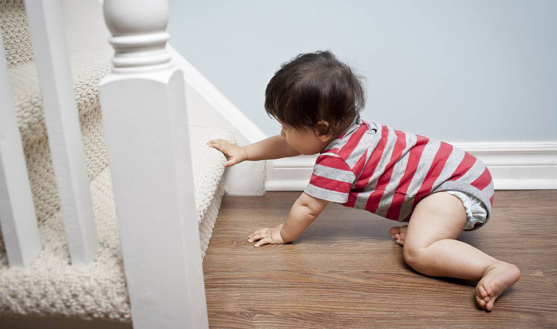 accidents domestiques s curiser la maison quand b b commence marcher. Black Bedroom Furniture Sets. Home Design Ideas