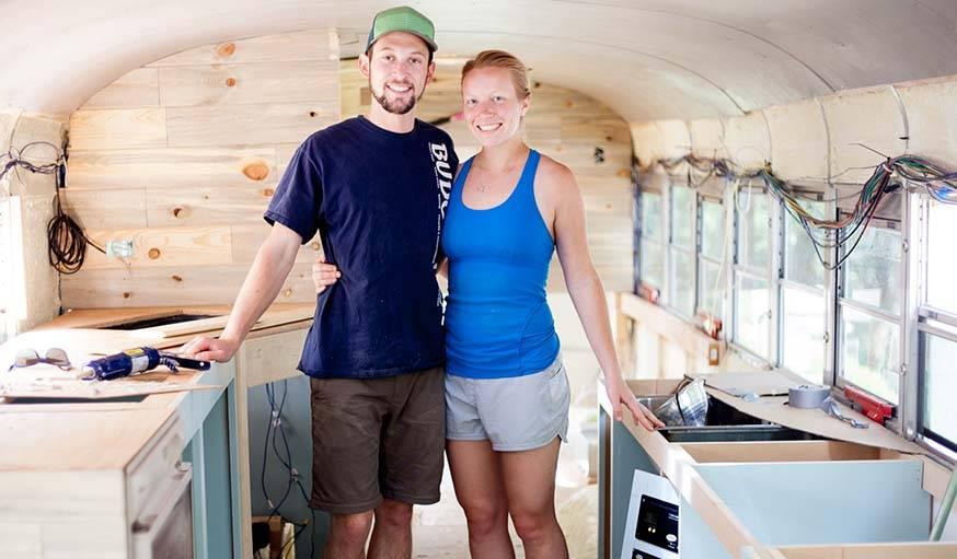 Alyssa et Will dans leur bus, au moment de l'installation des meubles sur-mesure.