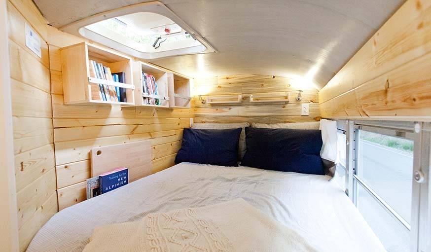 Au fond du bus, un grand lit deux places.