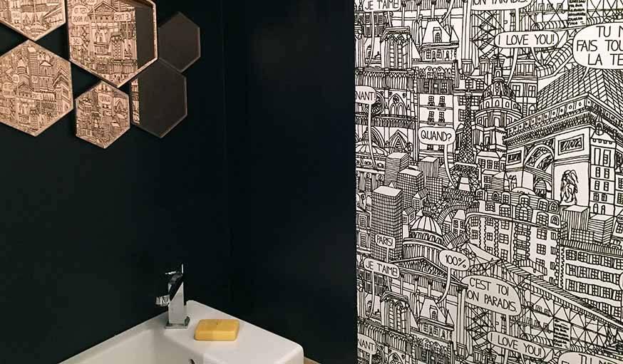 Dans les toilettes, un papier-peint signé Castelbajac.