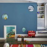 Aire de jeux créée sous un escalier dans une maison à Brooklyn (États-Unis).