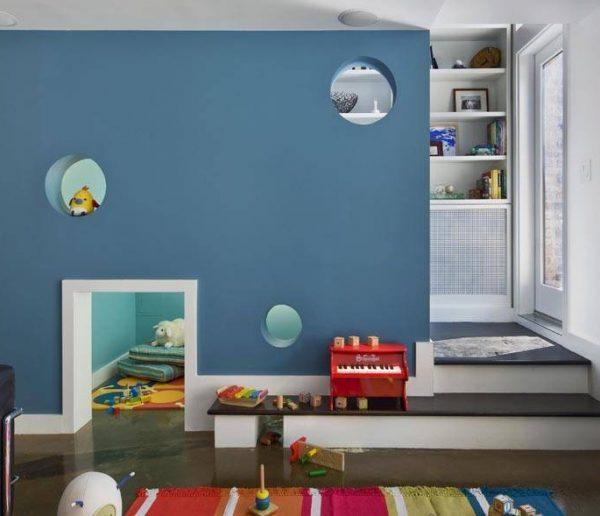 Une aire de jeux pour enfant sous l'escalier