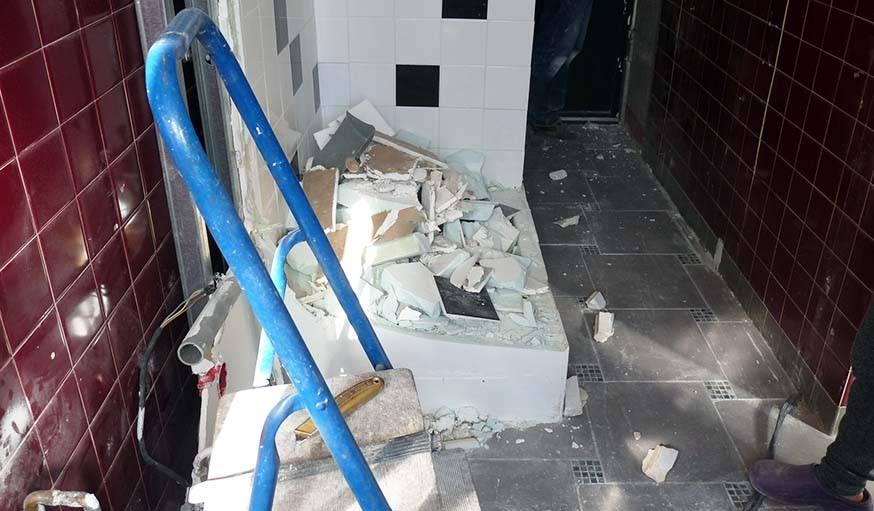 Démolition de l'ancienne douche et des murs.