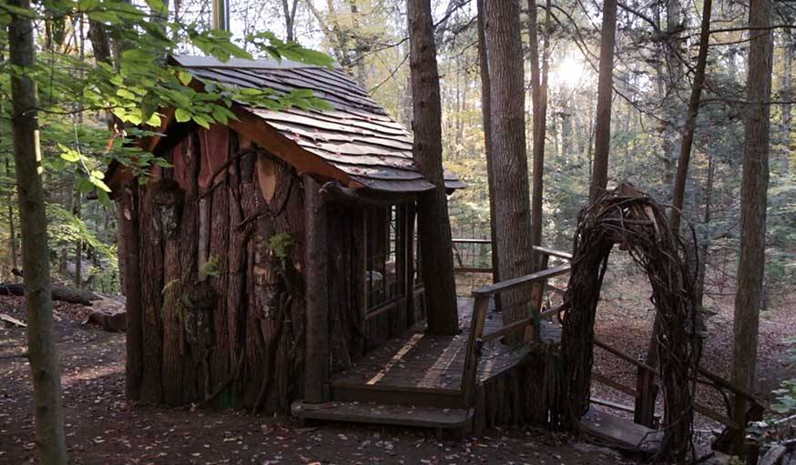 Cabane en chêne et tsuga, réalisée par Roderick Romero aux Etats-Unis.
