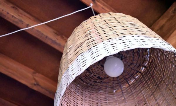 DIY : une corbeille en osier devient un abat-jour chic