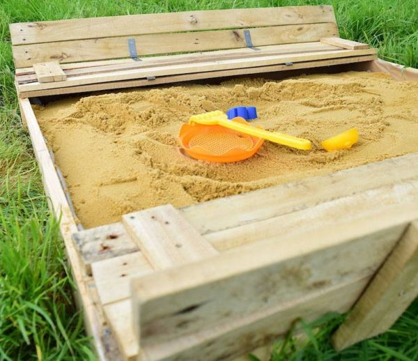 DIY : fabriquez un bac à sable en palette pour vos enfants