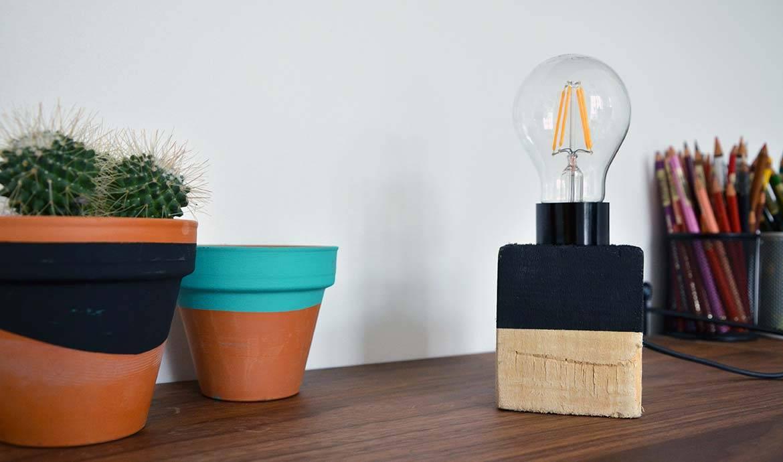 Une lampe réalisée, dans un bloc de palette, par Marie Prenat du blog Talalilala.com.