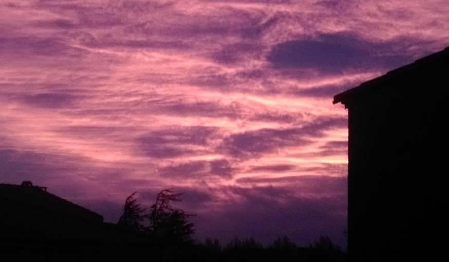 Un magnifique levé de soleil, pris depuis une terrasse a? Salses le Château (Pyrénées Orientales) le 12 avril a? 7h01.