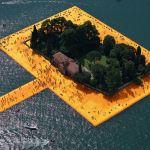 Une maison au milieu du lac