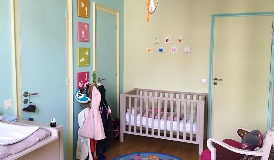 La chambre avant, avec le lit à barreaux sur la droite en entrant.