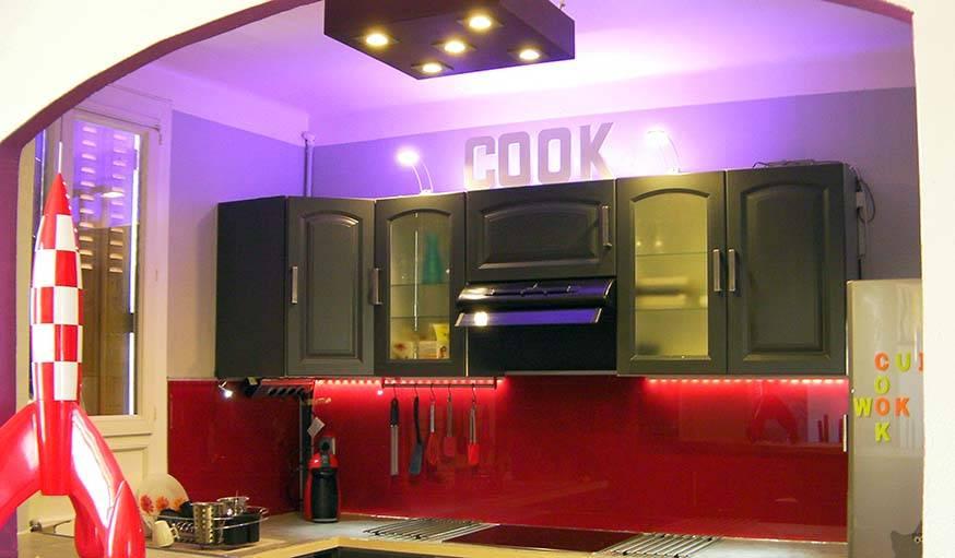 Pleins feux sur la nouvelle cuisine, avec aussi 2 spots lumineux discrets sous les meubles, et 2 autres au-dessus.