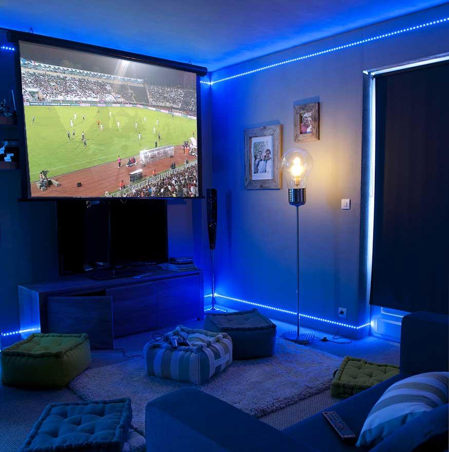 Des rubans LED bleu ont été posés au sol et au plafond.