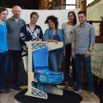 L'équipe du LabDesign autour de l'assise qu'ils ont fabriquée, version fauteuil.