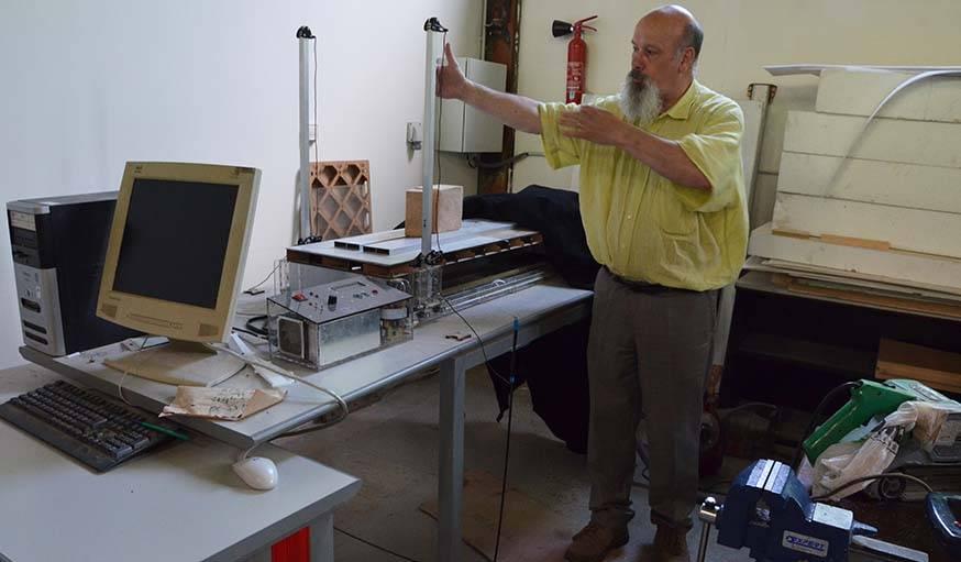 Claude Soria présente une machine qui permet de profiler des pièces d'aéromodélisme avec un fil chaud.