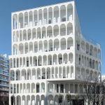Sur l'ile Seguin, à Boulogne-Billancourt se dresse un bâtiment  à la façade ornée d'arches. Un clin d'oeil aux anciennes usines Renault