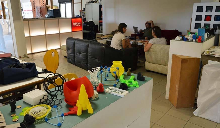 Quelques objets imprimés en 3D, derrière le FabCafé.