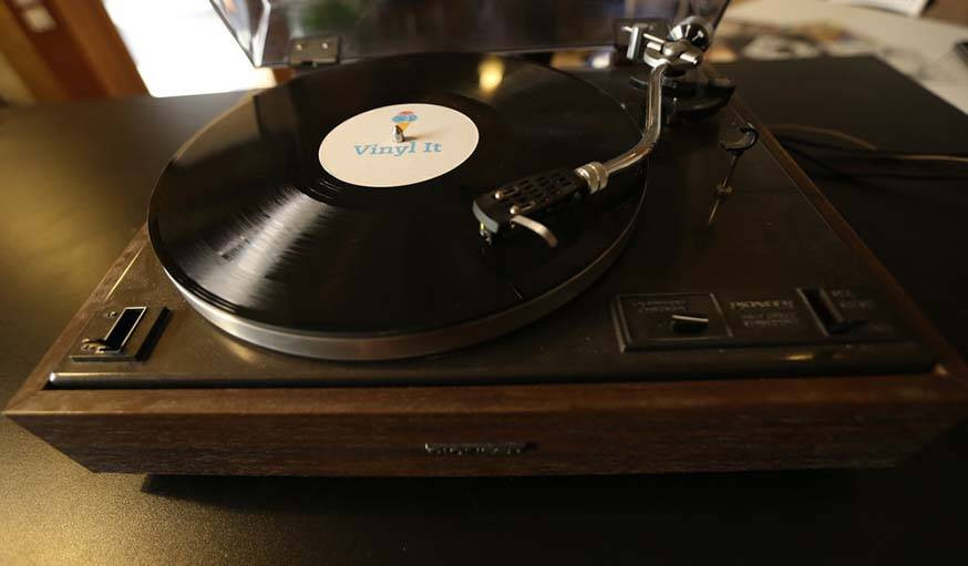Microsillon Vinyl It sur un lecteur vintage