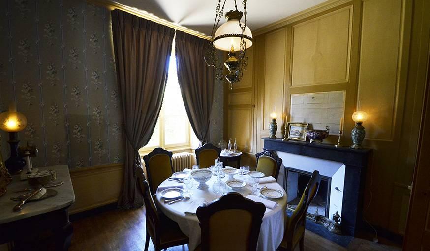 La salle à manger, où la table est dressée.