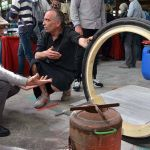 Lilian Chardon, au 2e plan, présente sa roue sans axe pendant le FabLab Festival, à Toulouse en mai 2016.