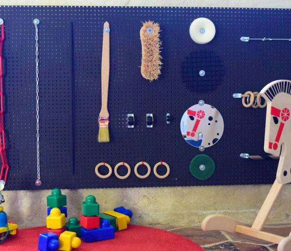 DIY : fabriquez un panneau d'éveil sensoriel pour votre enfant