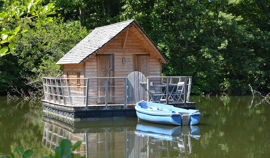 Cabane à rejoindre en barque, Domaine des Vaulx dans le Pays de la Loire.