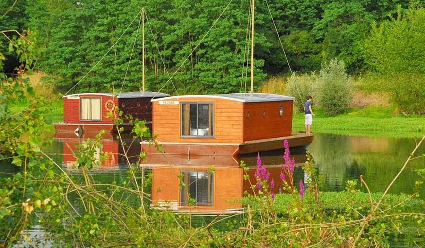 Cabanes flottantes, au village Toué Des Demoiselles, en Auvergne.