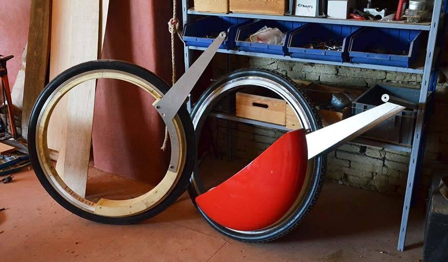 La roue sans axe de Lilian Chardon, à droite sous forme de poussette.