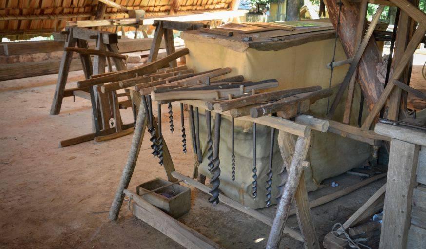 Les outils utilisés par le charpentier.