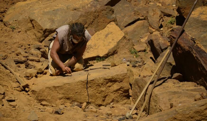 Les ouvriers débitent les blocs de pierre manuellement.