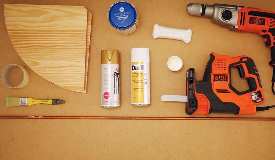 Outils et matériaux pour construire l'étagère de balcon.