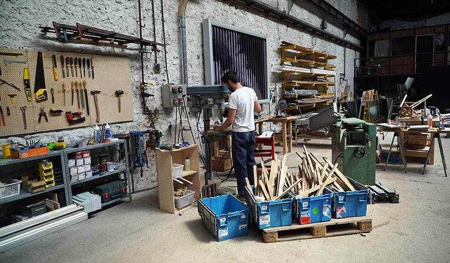 L'atelier, équipé de toutes les machines nécessaires pour créer des meubles.