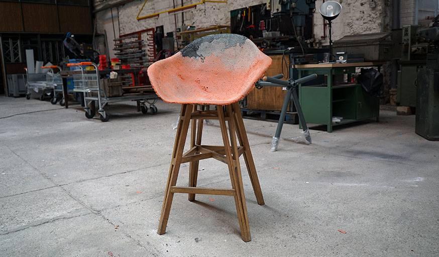 Un siège crée à partir de chutes de plastiques et de lattes de parquet.