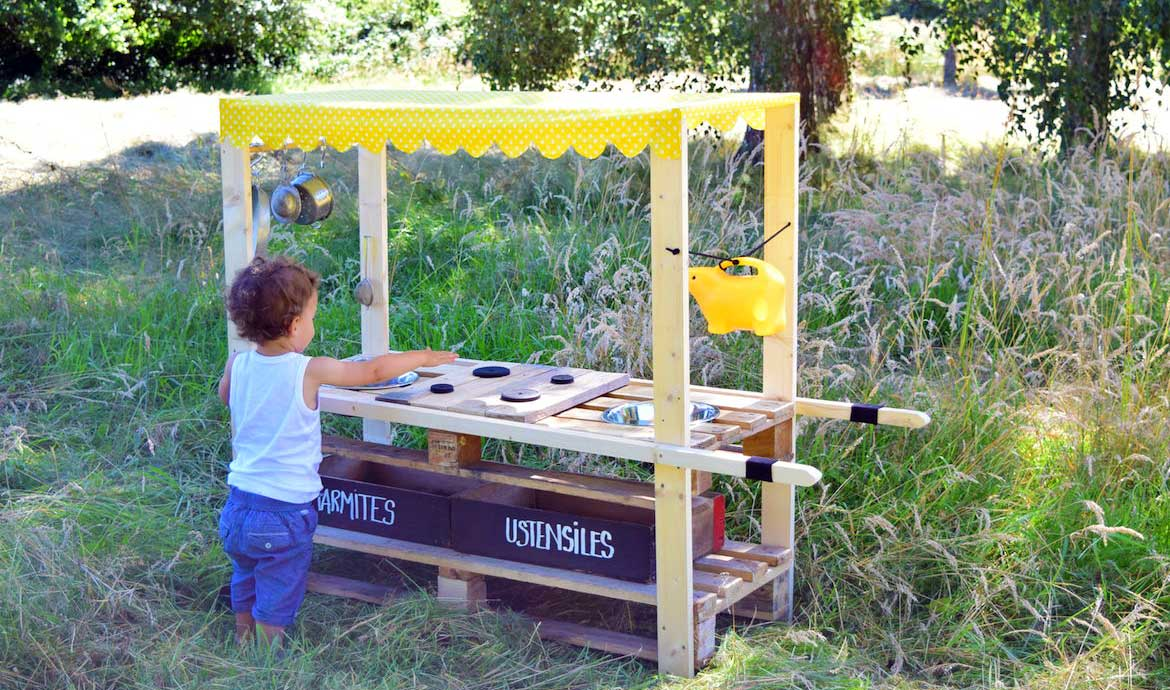 diy fabriquez une mud kitchen une cuisine en bois pour. Black Bedroom Furniture Sets. Home Design Ideas