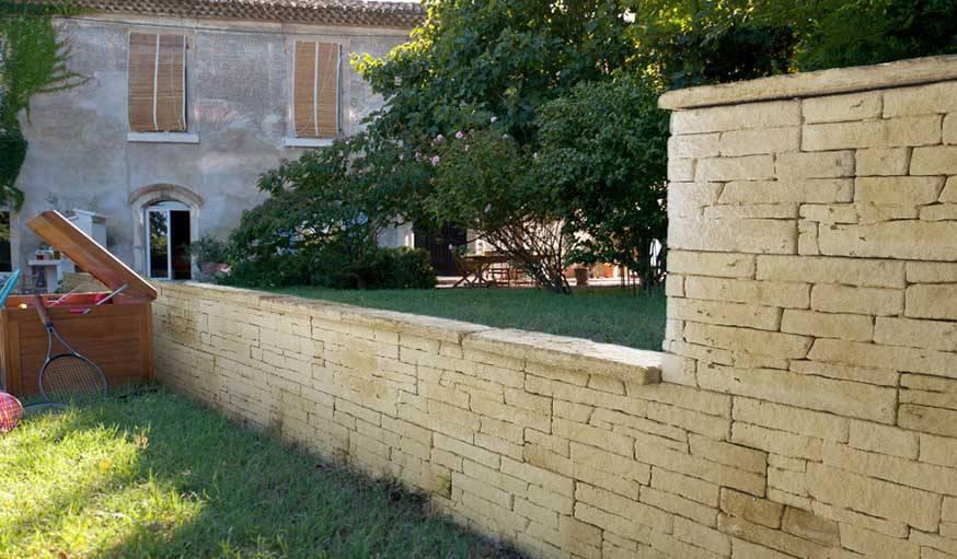 Mur en pierre pour clôturer.
