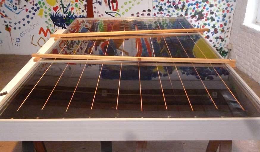 Un panneau solaire allongé fabriqué avec des matériaux neufs