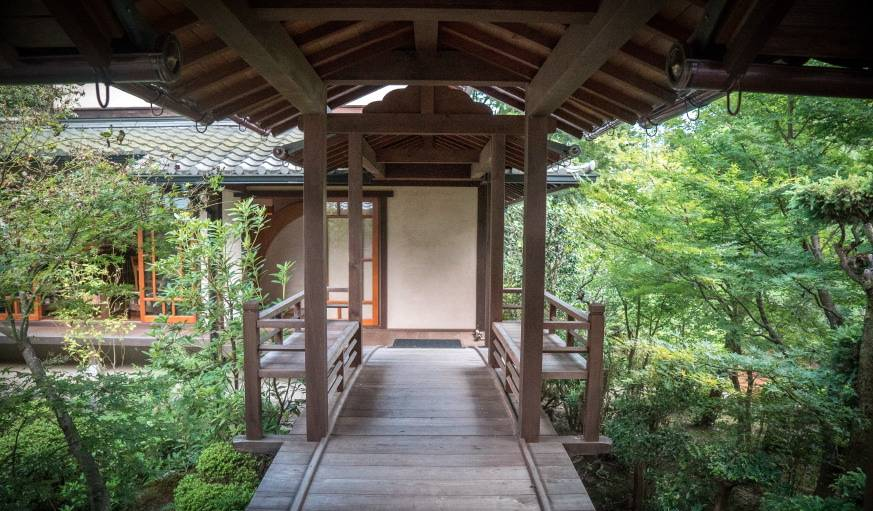 Ce banc est l'endroit préféré d'Azumi San. De là, elle peut contempler les deux parties de son jardin.