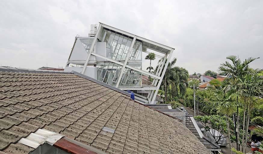 La maison penchée vue depuis un autre toit