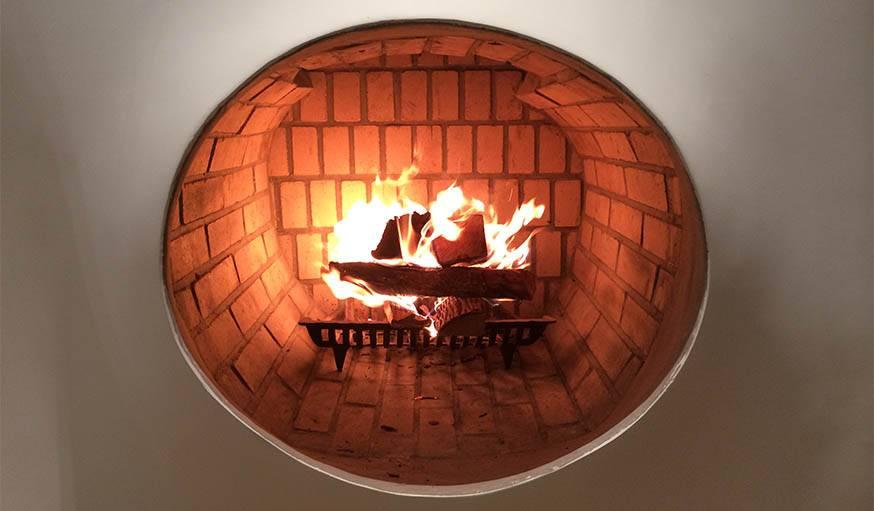 L'artiste a sollicité un professionnel pour que le foyer de la cheminée soit sécurisé.