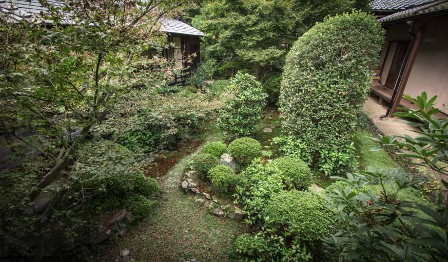 Le jardin japonais s'entretient quotidiennement afin qu'il garde sa superbe.