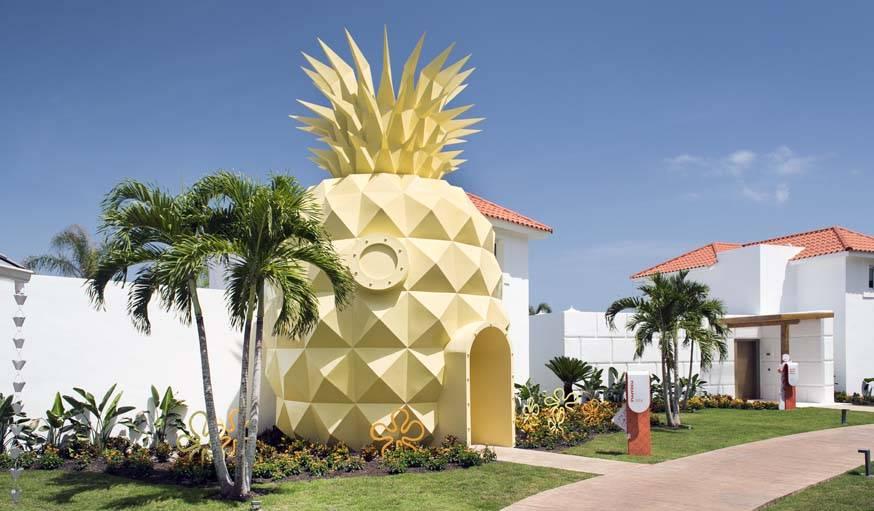 L'ananas géant à l'entrée de la maison.