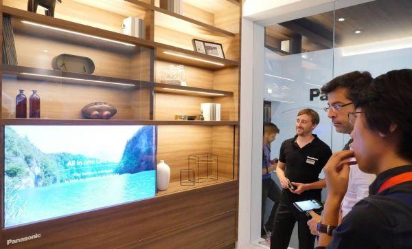 Impressionnant : cette télévision transparente se camoufle dans le salon