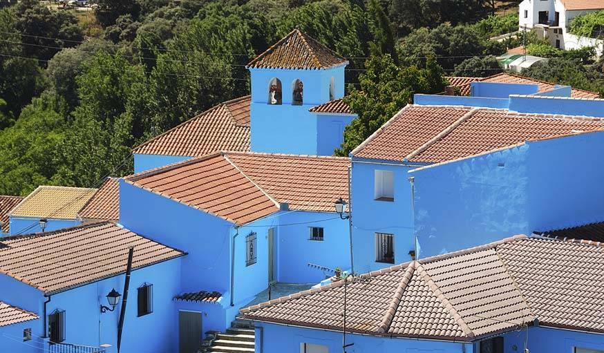 Même l'église du village a été repeinte en bleu.
