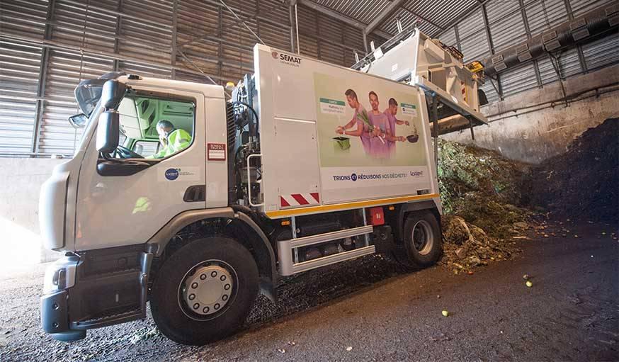 Un camion-benne déverse les biodéchets collectés dans les bacs verts à Adaoz.