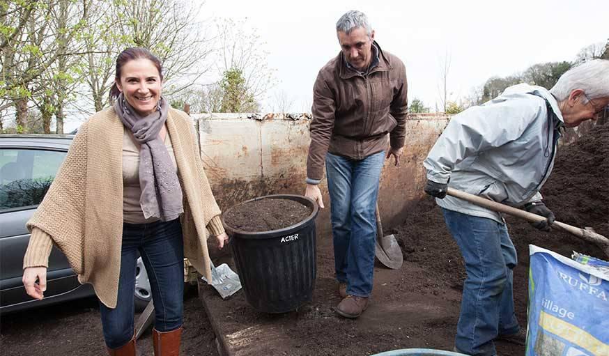 Distribution de compost de Lorient Agglomération aux jardins de Kermadoye à Ploemeur.