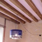 Une lampe au style industriel fabriquée à l'aide d'un tambour de machine à laver.