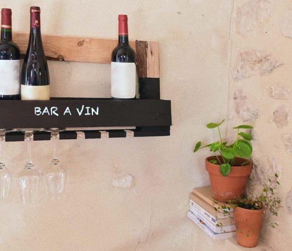 DIY : Subjuguez vos invités grâce à cette étagère-bar en palette