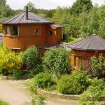 Dans cet éco village, certaines maisons sont construites en fûts de whisky.