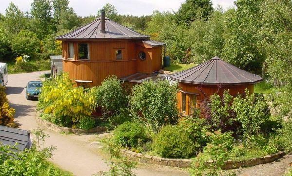 Un village écolo construit avec des fûts de whisky