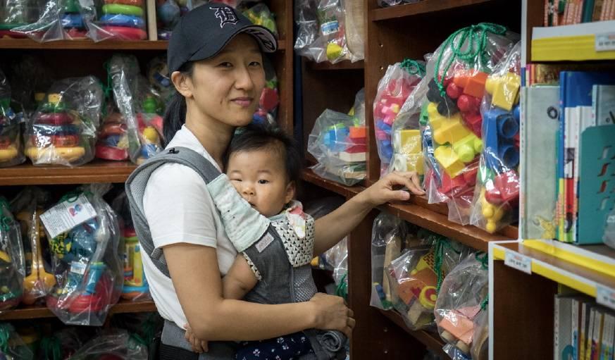 Doori Kim vient se fournir régulièrement en jouets pour ses deux enfants.